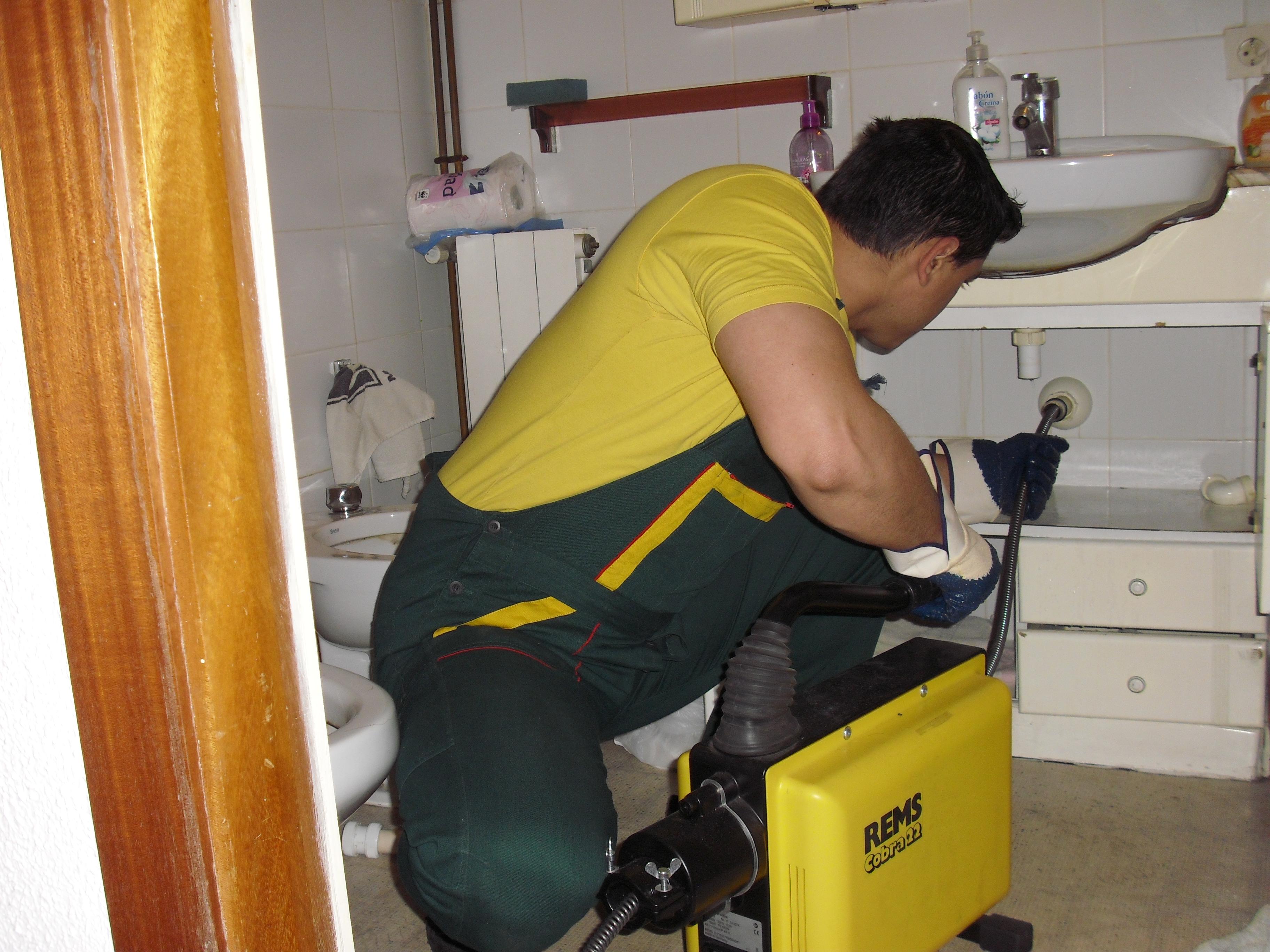 Отпушване на канал на мивка